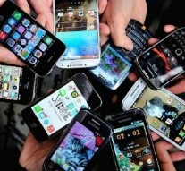 People show their smartphones on December 25, 2013 in Dinan, northwestern France.   AFP PHOTO / PHILIPPE HUGUEN        (Photo credit should read PHILIPPE HUGUEN/AFP/Getty Images)