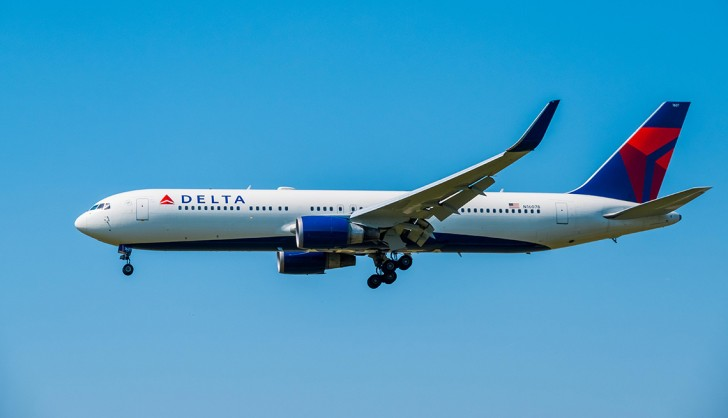 PRYCBK Delta airlines airplane preparing for landing in the blue sky at day time in international airport